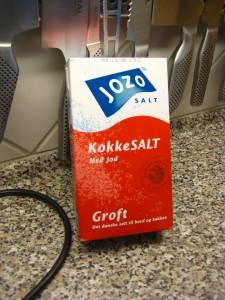 Ganske almindeligt salt til madlavning er fremragende til at fjerne pletter af rødvin